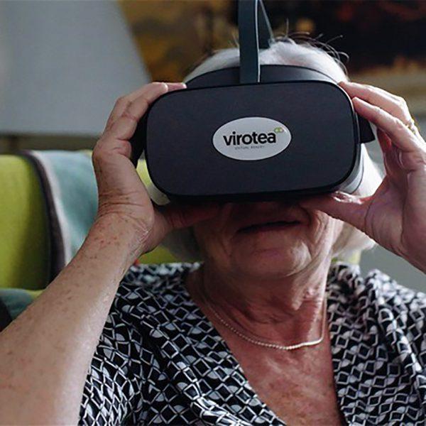 Kvinna med ett vr headset